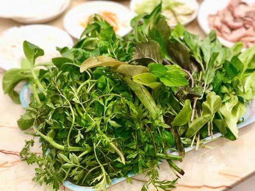 Rau rừng cuốn với bánh tráng có đủ các vị: đắng, chát, ngọt, chua, béo, thơm. Đó là rau diếp cá, tía tô, húng quế, húng lủi, cần nước, lá cóc, lá xoài, sao nhái, bí bái, lá săng máo... Rau giúp cho món cuốn có đầy đủ hương vị riêng, nhiều loại có tác dụng tốt cho sức khỏe, hệ tiêu hóa… và giúp cho người ăn không có cảm giác ngán.