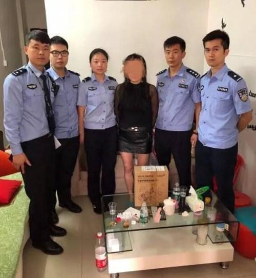 Cảnh sát đã rất vất vả để bắt giữ người phụ nữ.