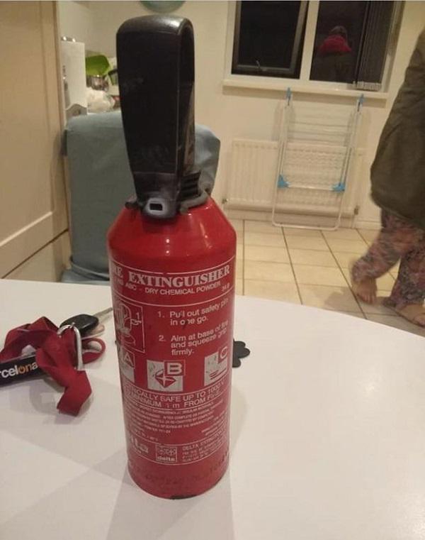 Mỗi gia đình nên lắp hệ thống báo cháy và trang bị bình cứu hỏa sẵn trong nhà phòng khi có hỏa hoạn.