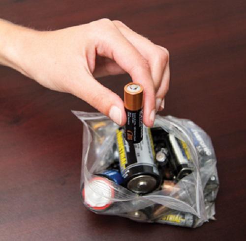 Tốt nhất hãy dừng ngay việc vứt pin đã qua sử dụng vào thùng rác.