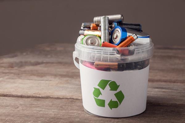 Thay vì vứt pin vào thùng rác, hãy lưu trữ chúng vào và giao cho nhân viên thu gom rác kèm cảnh báo...