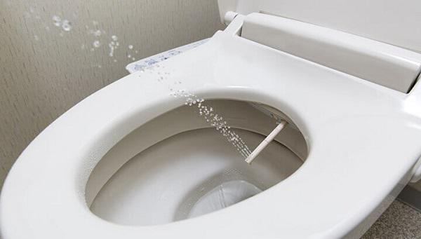 Lựa chọn lắp đặt hệ thống xịt rửa tự động thay vì sử dụng giấy vệ sinh.