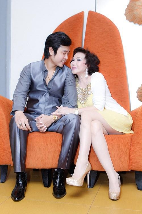 Có thời điểm, những cử chỉ quá đỗi thân mật của Yvonne Thúy Hoàng và Vũ Hoàng Việt như: Ôm hôn, đút cho nhau ăn, dựa vào nhau... ở nơi công cộng khiến nhiều khán giả cho rằng họ quá phô.