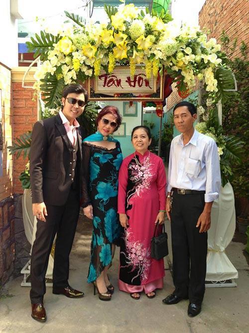 Để thể hiện sự nghiêm túc của mình trong mối quan hệ với Yvonne Thúy Hoàng, Vũ Hoàng Việt đưa người tình về quê gặp bố mẹ, tham dự đám cưới của anh trai mình với tư cách người nhà.