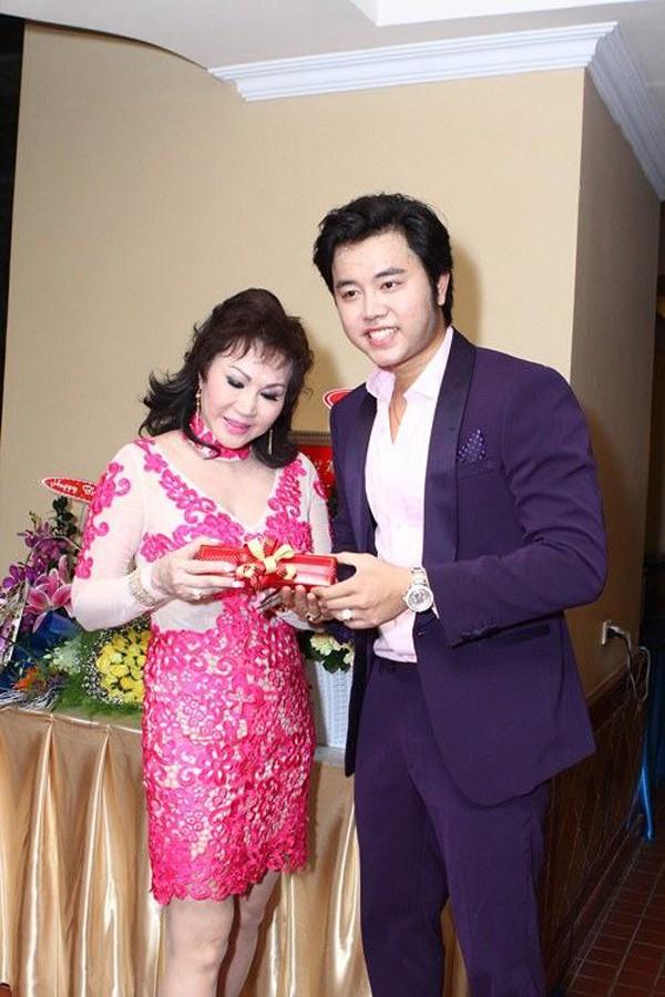 Sợi dây chuyền có giá hơn 100 triệu đồng, đặc biệt mặt dây in hình rắn đã khiến Yvonne Thúy Hoàng phải đặt hàng rất lâu mới có được.