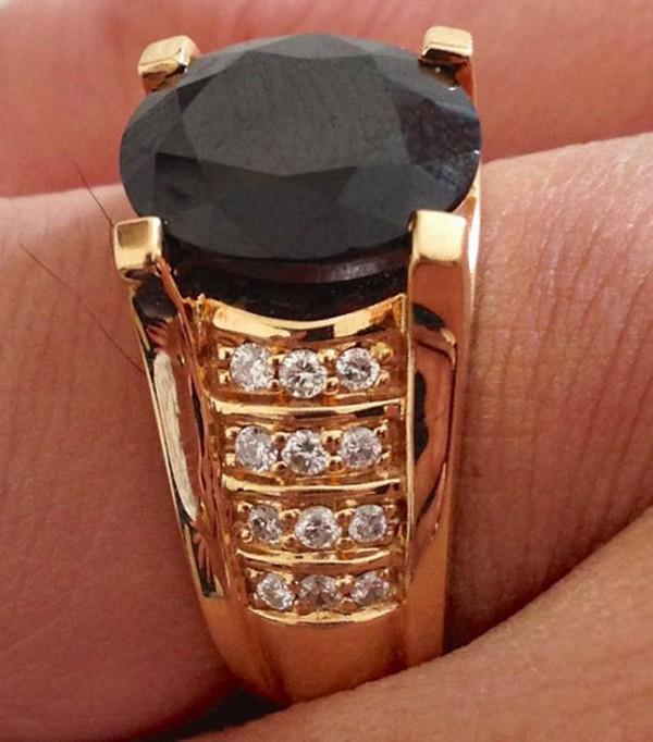 Ngày 8/3/2013, Vũ Hoàng Việt hạnh phúc vì được người yêu tặng chiếc nhẫn giá trị. Nam người mẫu vì quá hạnh phúc đã hôn người yêu ngay tại trung tâm mua sắm.