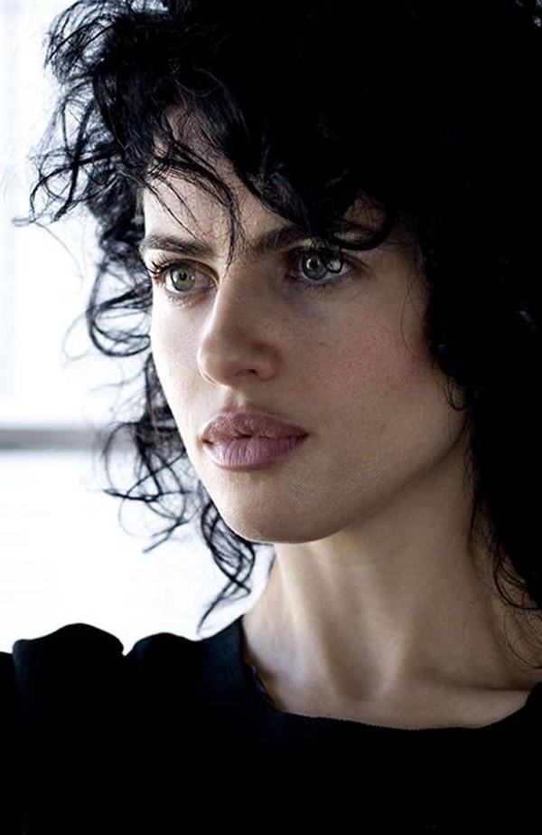 Gương mặt mộc có nét hao hao Angelina Jolie.