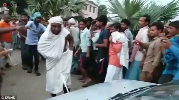 Baba trổ tài kéo xe trước sự chứng kiến của hàng trăm dân làng. Ảnh: SWNS