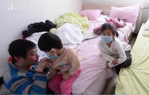 Anh Zhou chăm sóc con gái gần 4 tuổi ở bệnh viện. Ảnh: The Paper.