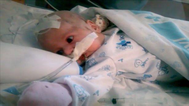 Chỉ vài giờ sau khi sinh, Paula đã ngừng thở và được đưa đi cấp cứu trong vòng 40 phút sau đó.