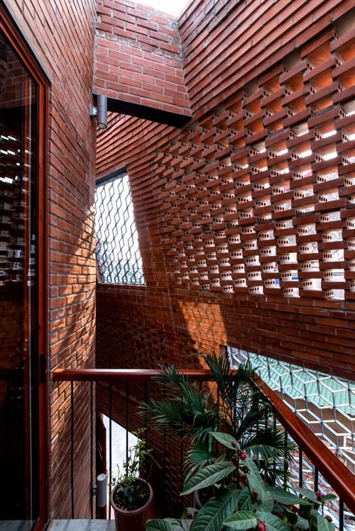Lớp tường phía trên được xây nghiêng dần vào bên trong với các độ chéo khác nhau để tạo ra những góc nhìn tốt hơn. Nhờ đó, các thành viên có thể nhận biết được về thời gian và thời tiết nhờ bóng nắng và gió thổi.