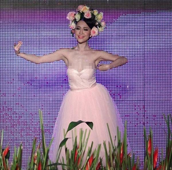 Linh Nga cũng rơi vào sự cố lộ hàng khi cô đang tập trung thể hiện điệu múa thì chiếc váy dần dần tụt xuống.