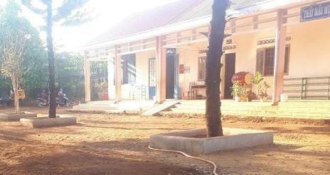 Một góc sân trường Nguyễn Viết Xuân đóng tại thôn Quỳnh Ngọc xã Ea Na. Ảnh: Infonet.