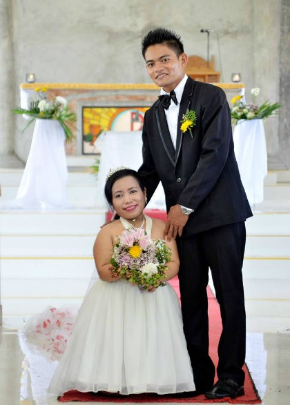 Cô dâu Tac-an rạng rỡ và hạnh phúc bên chồng dù chỉ cao tới thắt lưng anh.