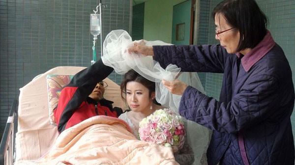 Bố sắp qua đời trong phòng cấp cứu vẫn cố chúc phúc cho con gái