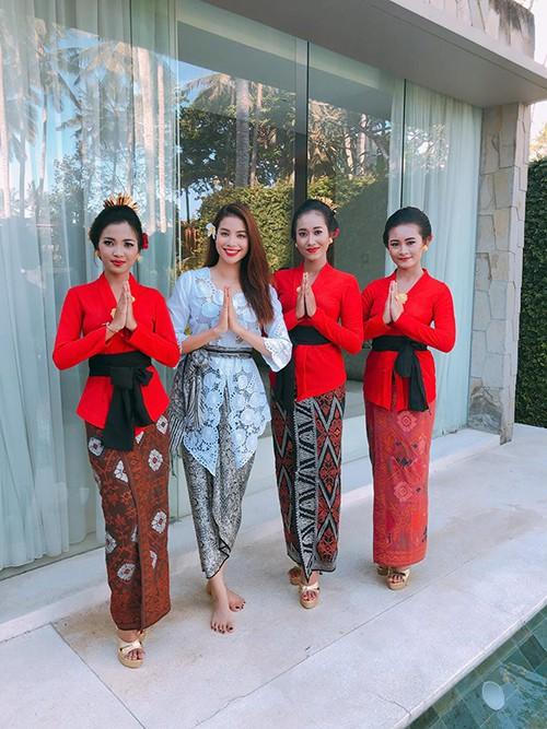 Kebaya gồm một chiếc áo ôm sát cơ thể, cổ áo rộng, tay dài, vải dệt nhiều họa tiết. Thân dưới là một dải vải quấn từ eo xuống, gọi là kain.