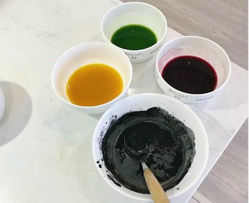 2. Trộn bột nếp với muối, nước màu và nước sôi. Nhào đến khi được một cục bột mịn, dẻo, không dính tay. Để riêng từng cục bột.