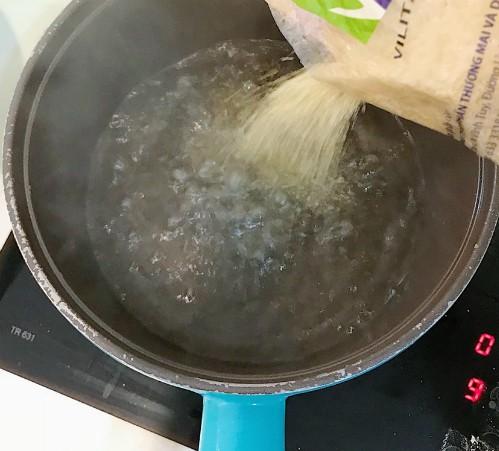 7. Vớt bánh ra, đổ nước đường vào, rắc thêm vừng rang và dừa tươi.