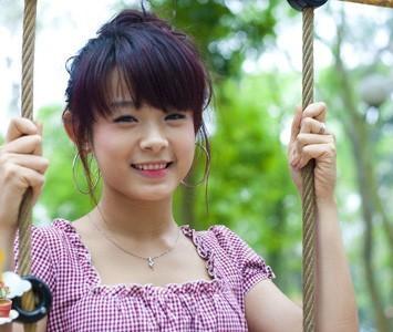 Huyền Baby (Đặng Ngọc Huyền, 29 tuổi) là hot girl ghi điểm bởi gương mặt trẻ mãi không già. Cô được biết đến khi tham gia Ngôi sao tuổi teen năm 2008 và sau đó tham gia bộ phim hình sự Mặt nạ hoàn hảo. Lúc sự nghiệp diễn viên đang ở thời kỳ đỉnh cao, Huyền Baby bất ngờ kết hôn với đại gia sở hữu chuỗi nhà hàng, khách sạn nổi tiếng Sài Gòn.