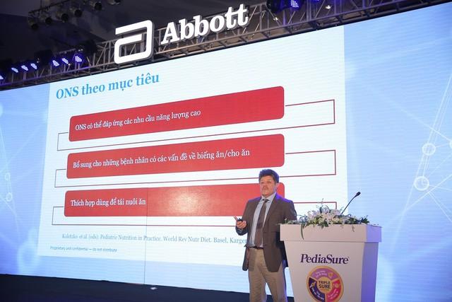 Ông Francisco Jose Rosales, giám đốc Y khoa, Abbott Nutrition Hoa Kỳ trình bày về lợi ích của bổ sung dinh dưỡng đường uống với sự phát triển của trẻ
