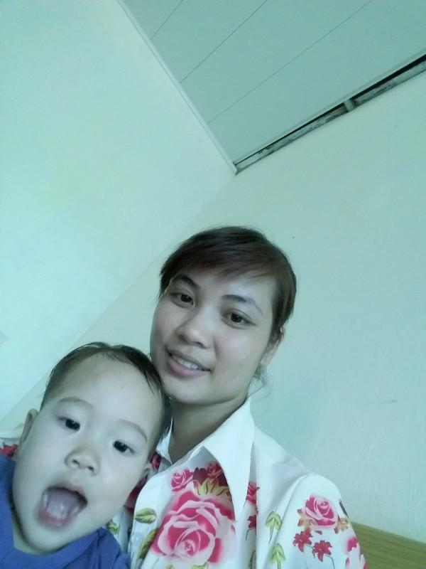 Chị Nguyễn Thị Nhần và con gái 19 tháng tuổi (ảnh gia đình cung cấp)