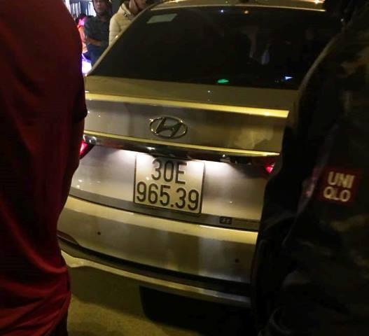 Sau khi xảy ra vụ ẩu đả, tài xế ô tô cố thủ trong xe.