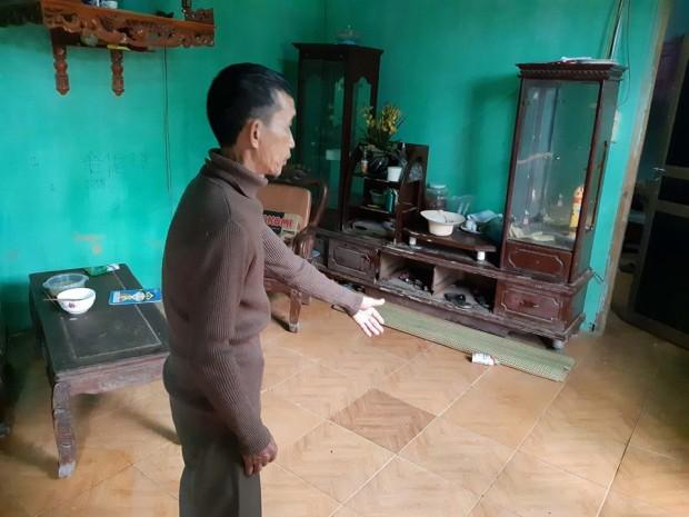 Ông Vũ Xuân Dụng chỉ vào nơi cháu nội mình bị đối tượng chém 2 nhát dao vào lưng và sườn khiến cháu bé thiệt mạng trên đường đi cấp cứu.