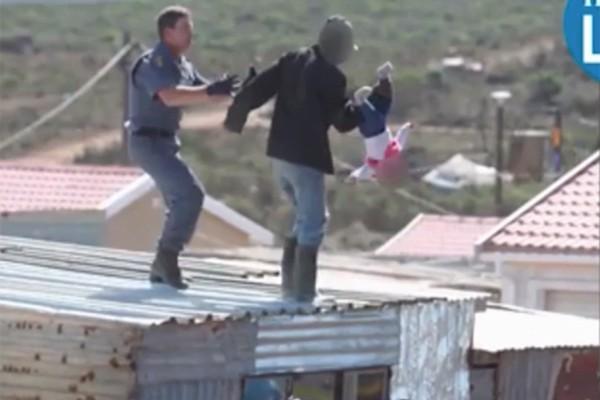 Bố ném con gái 1 tuổi từ mái nhà xuống đất để phản đối cảnh sát