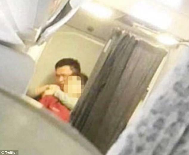 Người đàn ông ngồi khoang thương gia đã uy hiếp tiếp viên hàng không.