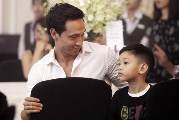 Trong thời gian này, Kim Lý tỏ ra là người đàn ông có trách nhiệm và quý con trai của người yêu.