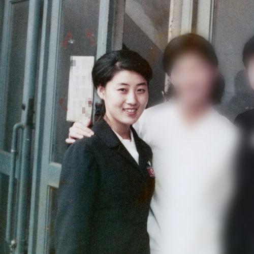 Người phụ nữ được cho là mẹ của lãnh đạo Triều Tiên Kim Jong-un (trái) chụp trong chuyến đi tới Nhật với tư cách một nghệ sĩ múa của Đoàn văn công Mansudae năm 1973. Ảnh: Mainichi Shimbun.