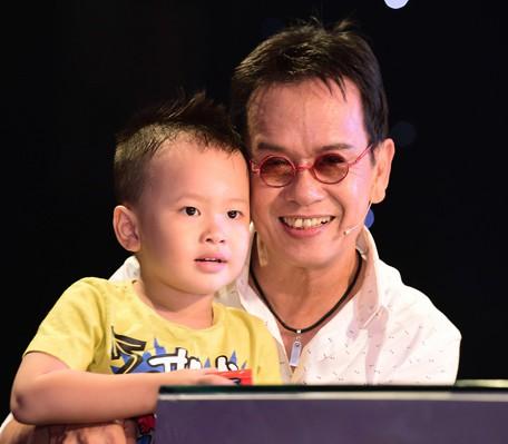 Nhạc sĩ Đức Huy bên cậu con trai Vinh Sơn.
