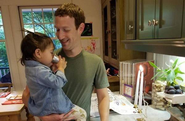 Tuy khá bận rộn nhưng anh luôn dành thời gian chăm sóc vợ và 2 cô con gái đáng yêu.