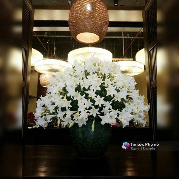 Những bình hoa khủng mà chị cắm nơi làm việc khiến ai đi qua cũng phải dừng lại ngắm nhìn mãi.