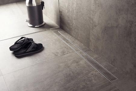 Các rãnh được làm từ gạch men và thép không gỉ, có thể nâng lên để làm vệ sinh khi cần.