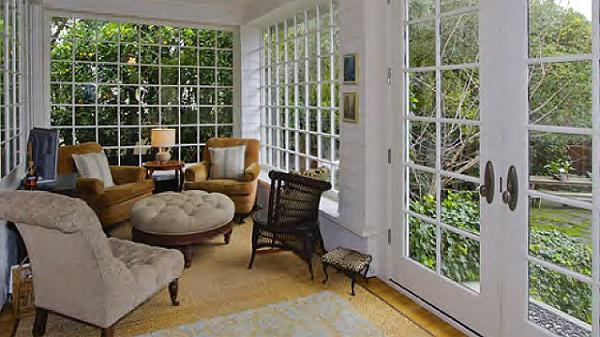 Phòng khách khá đơn giản, nằm ở vị trí nhiều ánh sáng.