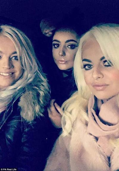 Sarah (phải) xinh đẹp bên hai con gái Holly và Milly.