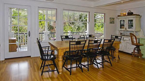 Phòng ăn thoáng đãng với nội thất theo phong cách truyền thống.