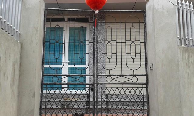 Từ khi sự việc bị phát giác, căn nhà khang trang của gia đình thầy giáo L. luôn khóa chặt cửa.