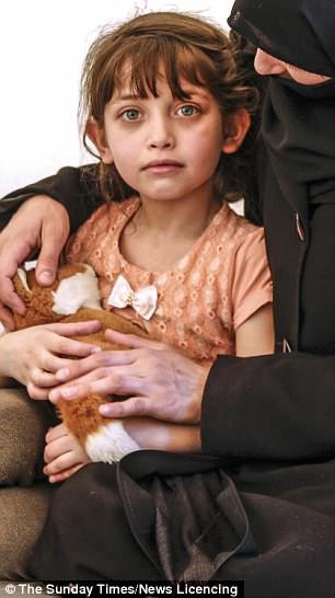 """Bé gái 7 tuổi xinh như thiên thần nức nở: """"Cháu chỉ ngửi thấy mùi máu trong không khí"""""""