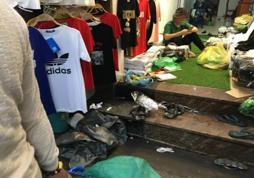 Áo nhái Adidas được bày bán công khai