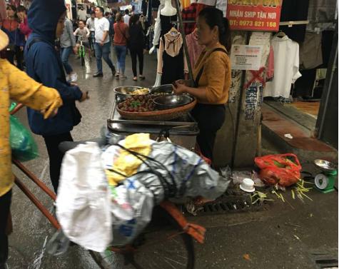 Rác thải từ hoạt động bán đồ ăn vặt cũng làm cho hình ảnh của chợ càng thêm nhếch nhác