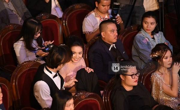 Nhan Phúc Vinh cởi áo khoác cho diễn viên Nhã Phương trước lúc cả hai rời Nhà hát lớn để đi về.