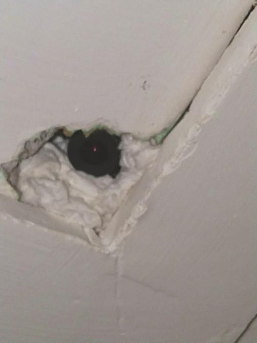 Vào khách sạn qua đêm, đôi vợ chồng sắp cưới bàng hoàng phát hiện máy quay lén lấp ló trên trần nhà