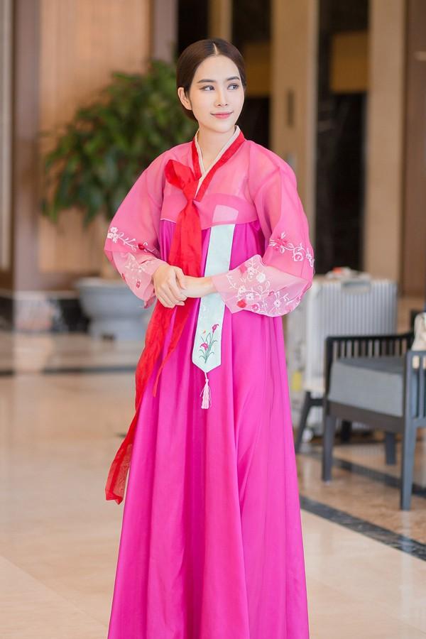 Hoa khôi đồng bằng sông Cửu Long 2015 mặc hanbok - trang phục truyền thống Hàn Quốc - để bày tỏ tình cảm của mình với các vị khách đến từ đất nước kim chi.