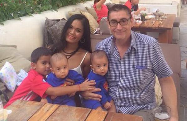 Vợ chồng Smitham bên hai con trai sinh đôi. Ảnh: Viral Press.