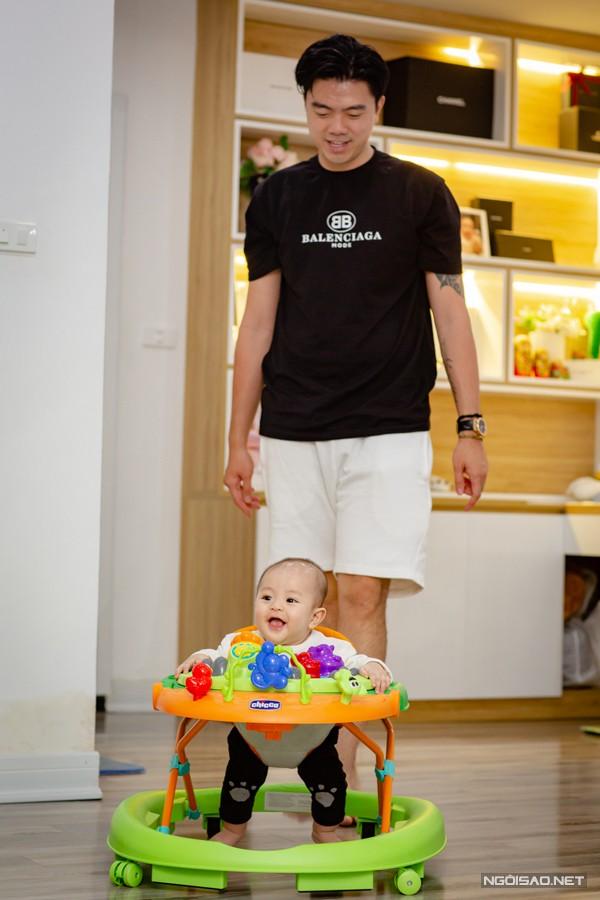 Cô cũng tự hào cho biết ông xã Văn Quỳnh có thể làm thành tục các kỹ năng thay tã, cho con ăn, ru con ngủ...