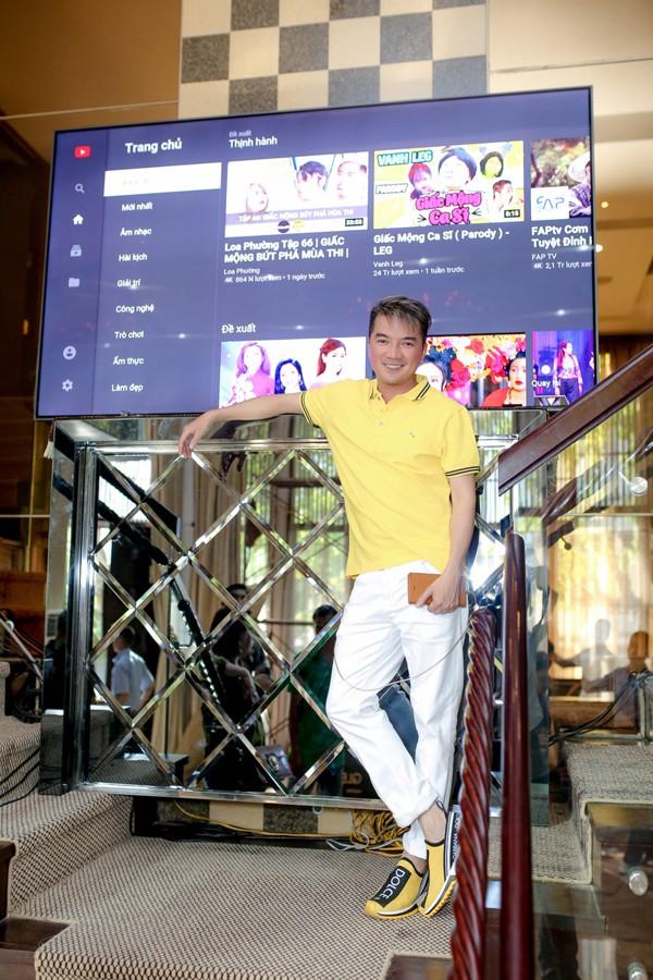 Anh mang về 3 chiếc TV màn hình cỡ lớn để mọi người thưởng thức MV.