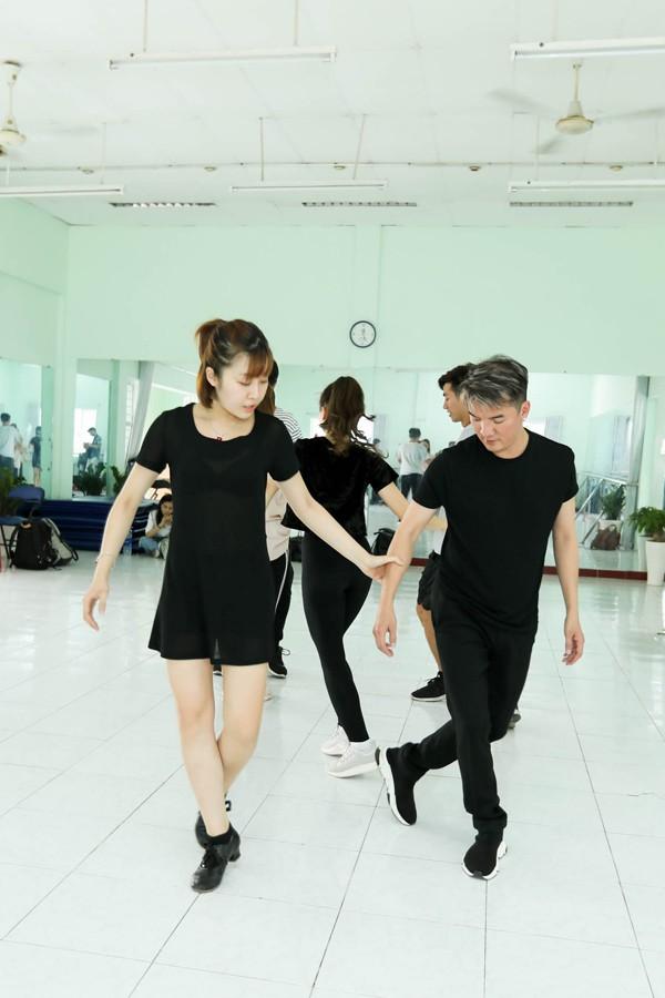 Sau đó, nam ca sĩ còn đến phòng tập vũ đạo cùng vũ đoàn Bước Nhảy.