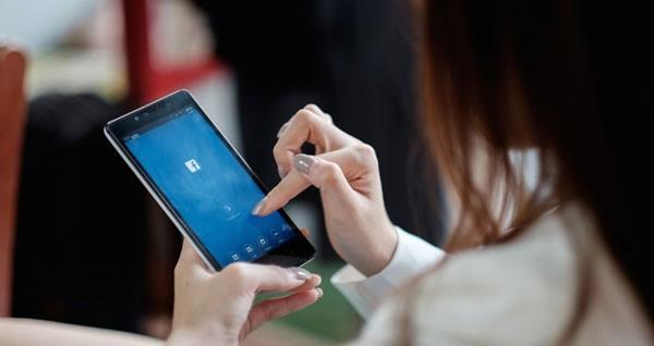 Nghiện Facebook, vợ bị chồng siết cổ chết